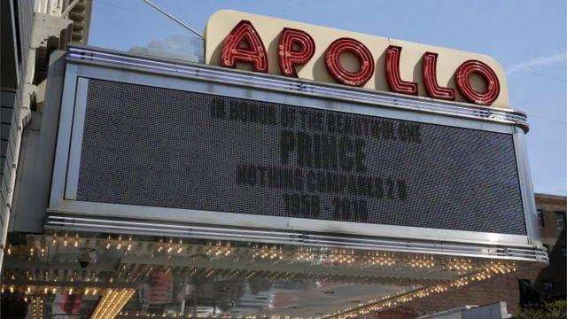 ニューヨークのアポロ・シアターは「美しい人、プリンスを称えて。Nothing Compares 2U (誰もあなたと比べられない)。1958-2016」と追悼メッセージを掲げた。