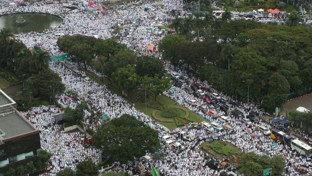 กลุ่มผู้ชุมนุมชาวมุสลิมในอินโดนีเซียราว 200,000 คน รวมตัวกันบริเวณอนุสรณ์สถานแห่งชาติ