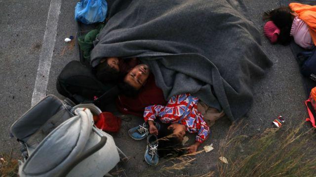 Migrantes durmiendo a la intemperie