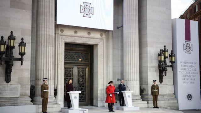 مراسمی در برابر عمارت فراماسونری در لندن