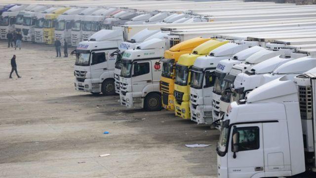 इराक ईरान सीमा पर खड़े ट्रक.