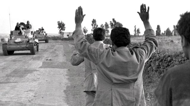 Sirios siendo apresados por tropas israelíes.