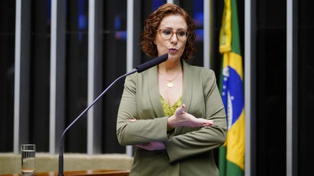 Carla Zambelli fala no parlatório da Câmara dos Deputados
