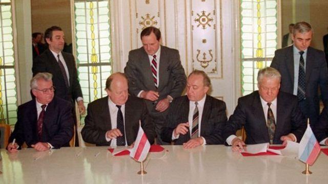 کراوچوک و شوشکیویچ (نشسته در چپ)، به همراه یلتسین (راست)