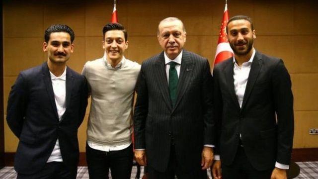 أوزيل على يمين أردوغان