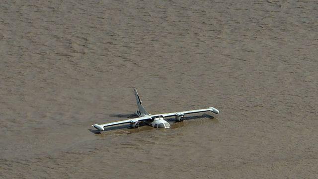 avión sumergido en el agua en la base aérea Armando Escalón en Honduras