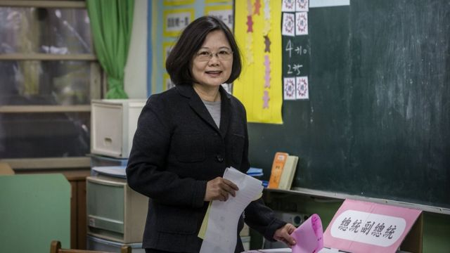 台北で投票する蔡氏