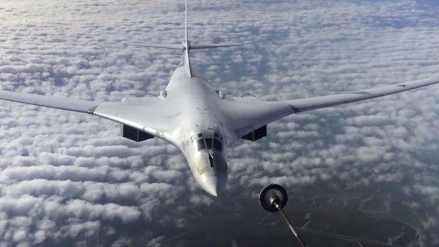 Российский бомбардировщик Ту-160 во время дозаправки в воздухе