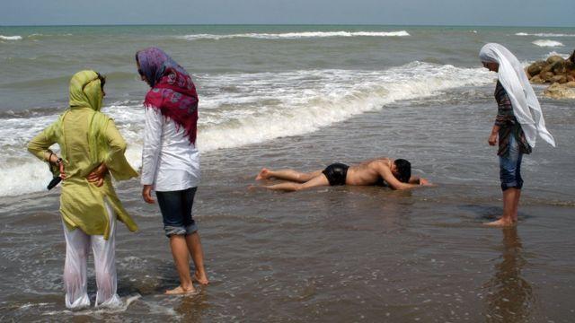 Iranianas em praia no Mar Cáspio, em 2005