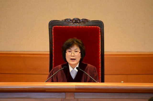 이정미 헌법재판소 소장 권한대행이 지난해 3월 박근혜 대통령 탄핵심판을 선고하고 있다