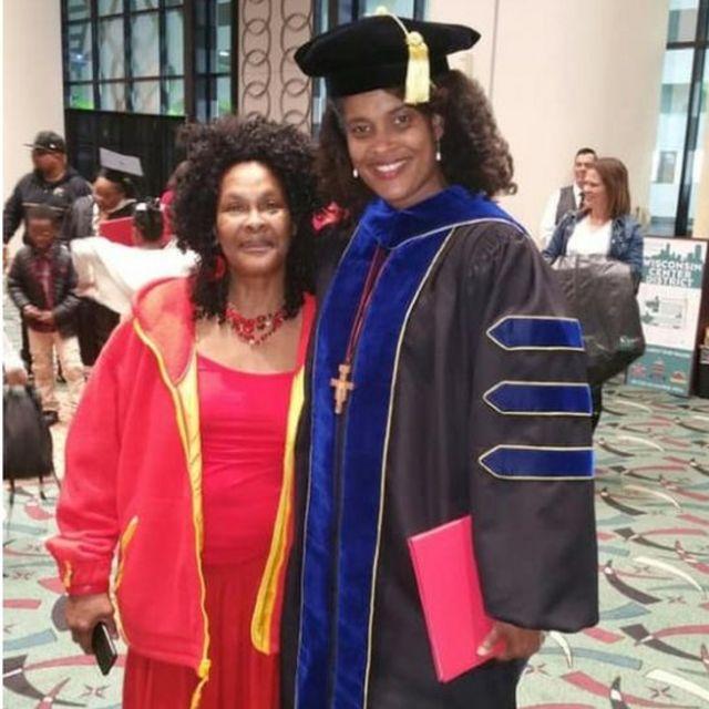 Marijuana Pepsi junto a su madre en su graduación