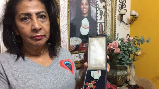 Zoraide mostra medalha da filha