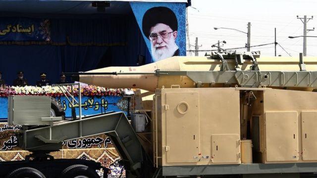 Un camión militar trasporta un misil Qadr de mediano alcance frente a la imagen del líder supremo iraní, ayatolá Alí Jamenei, durante un desfile en Teherán, 22 de septiembre de 2014