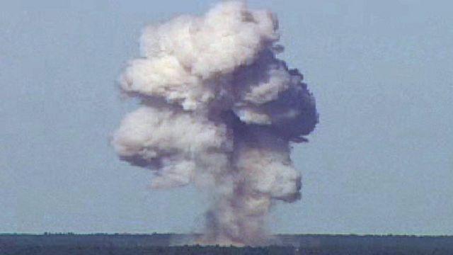 El momento de la detonación de la bomba GBU-43/B durante una prueba en Florida (EE.UU.) en 2003.