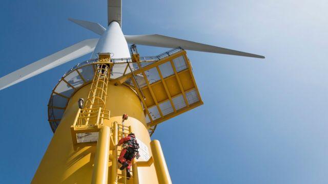 Trabajador en turbina de viento