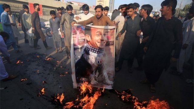 Efigie de Macron como un perro siendo quemada en Pakistán.