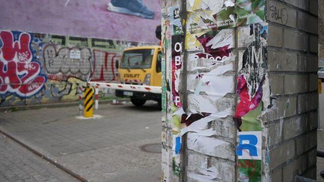 """Berlin'in """"Türk semti"""" Kreuzberg'de yırtılmış bir Hayır afişi"""