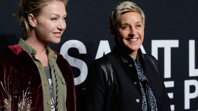 Ellen DeGeneres (der.) con su esposa, la actriz Portia de Rossi