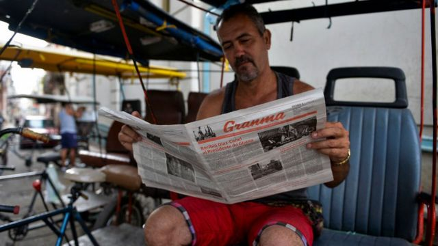 Cubano lendo jornal