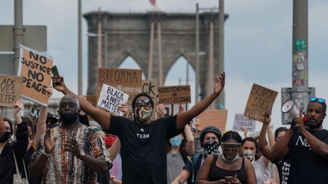 Manifestantes yendo de Brooklyn a Manhattan.
