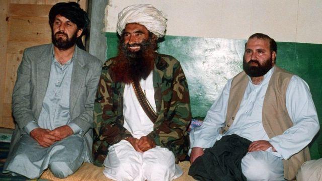જલાલુદ્દીન હક્કાની પાકિસ્તાનમાંના તેમના બેઝમાં બે સાથીઓ જોડે.