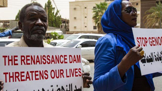متظاهرون سودانيون يحملون لافتات للاحتجاج على الشركة الإيطالية التي شرعت في بناء سد هيداسي المعروف باسم سد النهضة الإثيوبي الكبير.