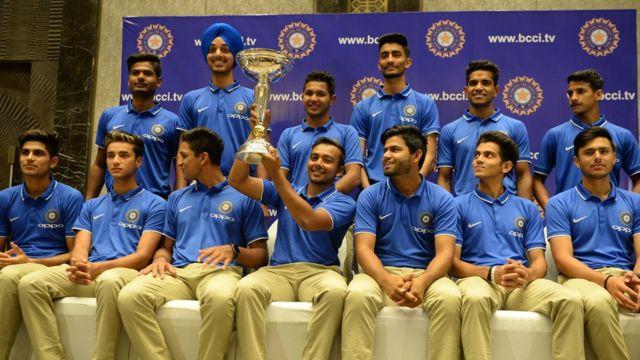 ముంబైలో జరిగిన న్యూస్ కాన్ఫరెన్స్లో తాము ఇటీవల గెలిచిన ప్రపంచ కప్తో భారత అండర్-19 క్రికెట్ జట్టు సభ్యులు.