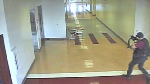 Nikolas Cruz disparando en los pasillos