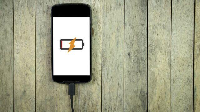 Teléfono celular con la señal de carga.