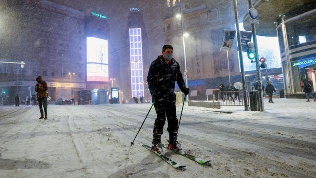 شخص يتزلج في شارع غران فيا وسط مدريد