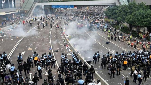 香港警方指抗议示威人士有危险甚至致命的行动。