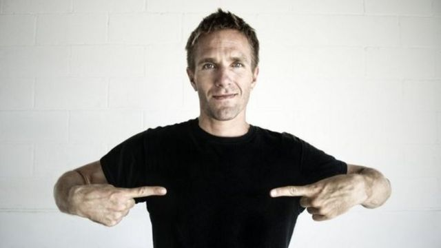 Homem usando camiseta preta