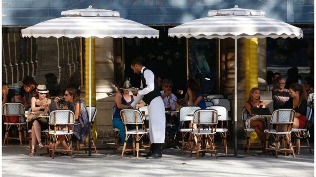 Người Paris ngồi uống cà phê ngoài trời
