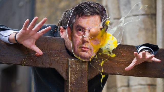 英国前首相戈登•布朗(Gordon Brown)的画像被掷鸡蛋