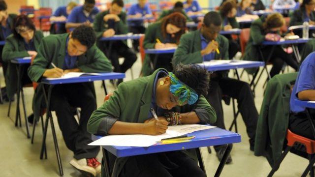 参加英国GCSE考试的学生