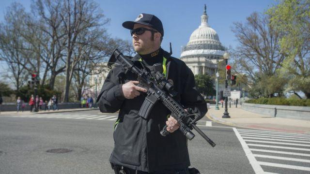 議事堂を警備する警官