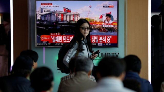 दक्षिण कोरिया की राजधानी में खबर देखते लोग