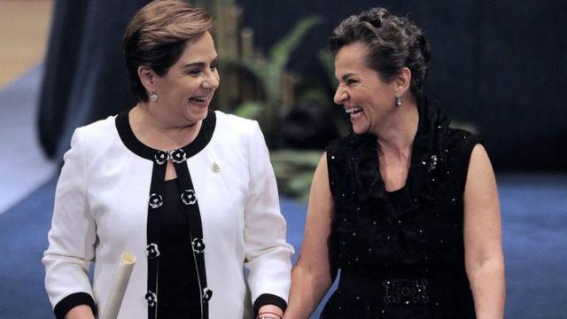 باتريسيا إسبينوزا (يسار الصورة) مع كريتستيانا فيكيريس (يمين الصورة)