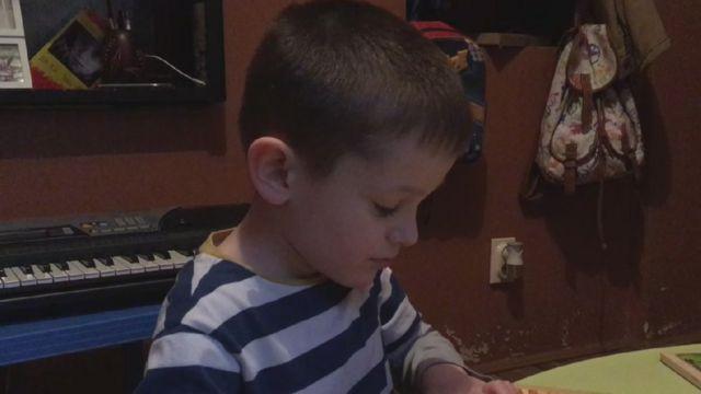 Relja Jojić, 5 godina, slaže slagalicu