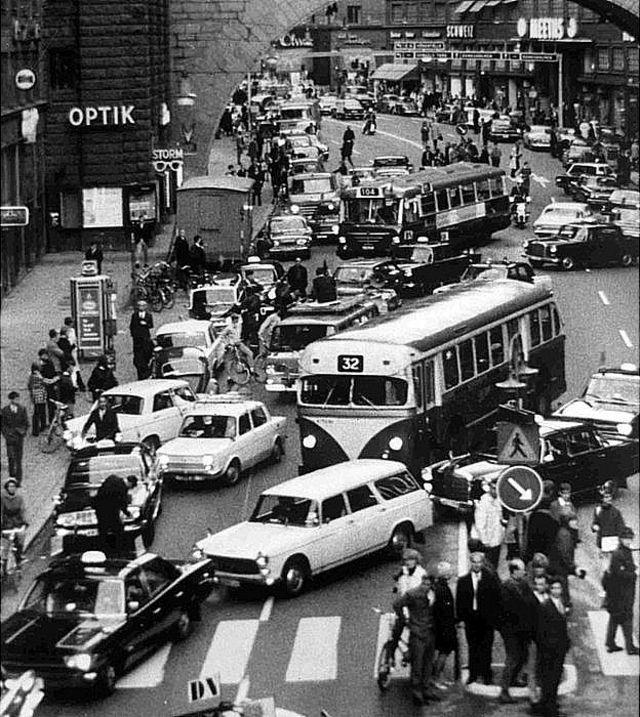 Escena con autos cambiando de lado de la calle.