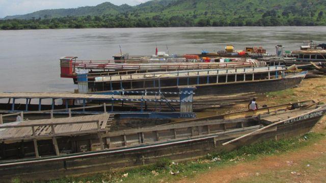 Les embarcations assurant la traversée du fleuve Haut-Oubangui