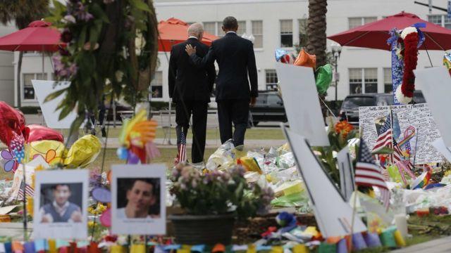 慰霊碑を後にするオバマ大統領とバイデン副大統領