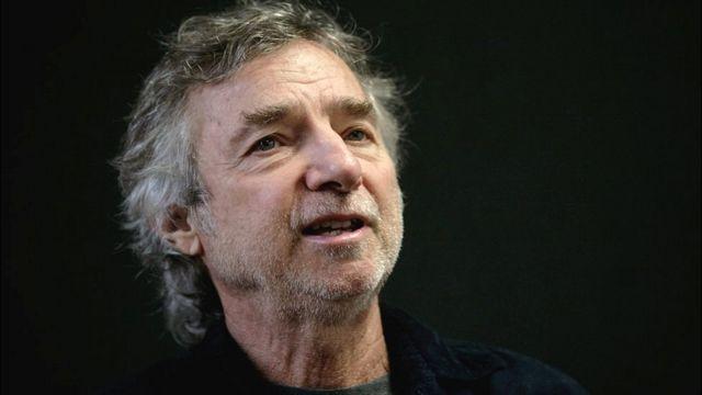 El cineasta Curtis Hanson, hablando en la Feria Internacional del Libro, en Guadalajara, México, en 2009.