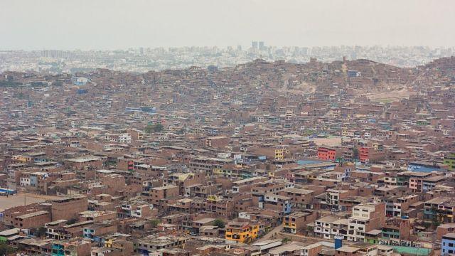Barrios pobres en la zona periurbana en Lima