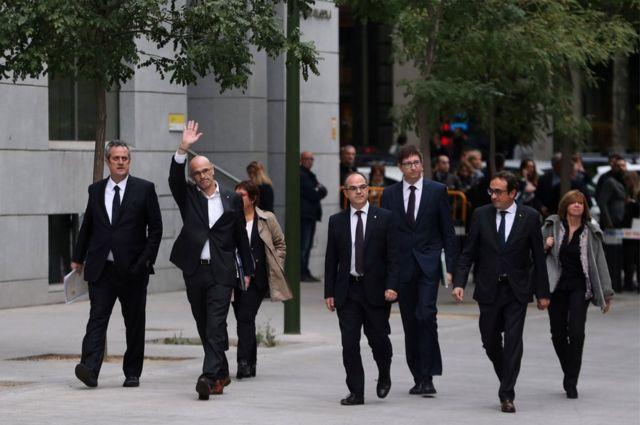 El jefe de Asuntos Exteriores de Cataluña, Raúl Romeva, saluda cuando llega junto con otros exmiembros del gabinete catalán a la corte en Madrid para testificar sobre los cargos de rebelión, sedición y malversación de fondos públicos que enfrentan, por desafiar al gobierno central al celebrar un referéndum y declarar la independencia.