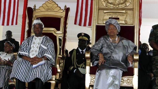 El vicepresidente de Liberia Joseph Boakai junto a la presidenta Ellen Johnson Sirleaf