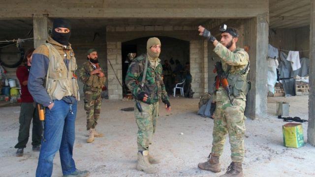 مسلحون من المعارضة في ضاحية الأسد