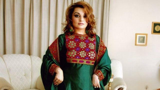 Bajar Jalali con su vestido tradicional afgano.