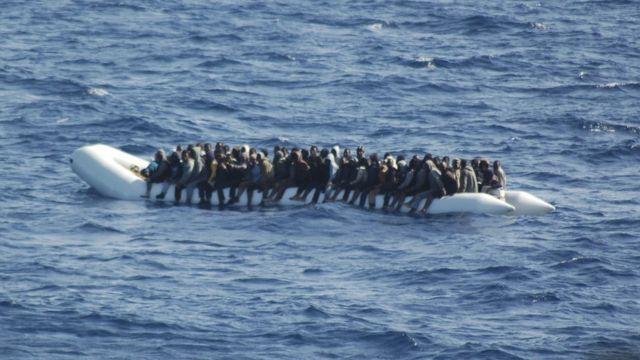 Ifoto yo mu kwa gatatu 2016 yerekana abimukira bagire bashike kw'izinga rya Lampedusa mu Butaliyano