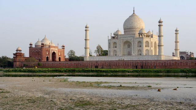 O Taj Mahal nas margens do rio Yamuna